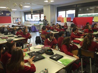 Germán con sus alumnos durante una de sus clases.
